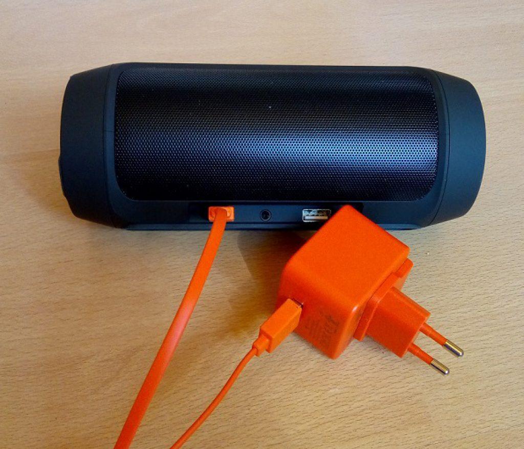 JBL Charge 2+ vás nabije dobrou hudbou, váš telefon zase energií