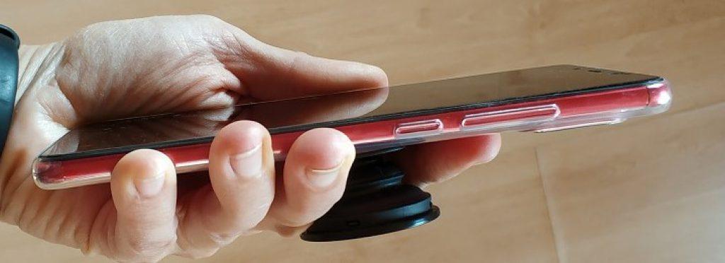 PopSocket je nainstalován na silikonovém obalu telefonu Xiaomi Redmi Note 5