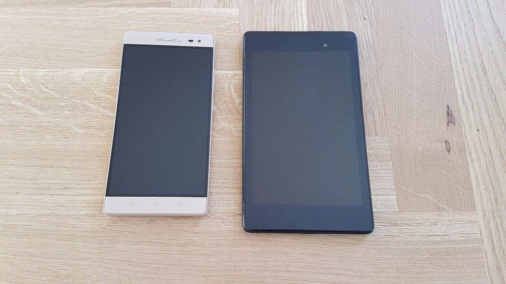 Lenovo Phab 2 vedle tabletu Nexus 7 2013