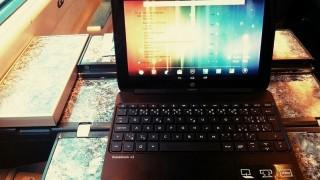 Měsíc s tabletem SlateBook x2 od HP